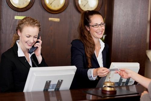 ホテルのフロントで使える接客英語フレーズ